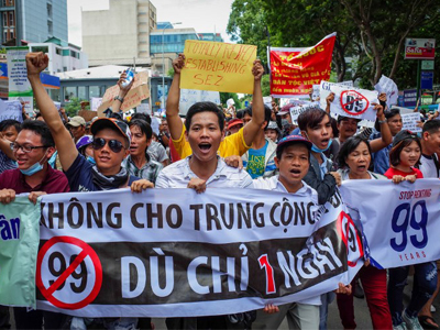 Người Việt Nam biểu tình phản đối việc cho Trung Quốc thuê đất tới 99 năm. Ảnh chụp hôm 10/6/2018.