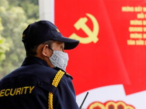 Một nhân viên an ninh trên một con phố ở Hà Nội trước Đại hội đại biểu toàn quốc lần thứ 13 của Đảng Cộng sản Việt Nam. Ảnh chụp ngày 12/1/2021.