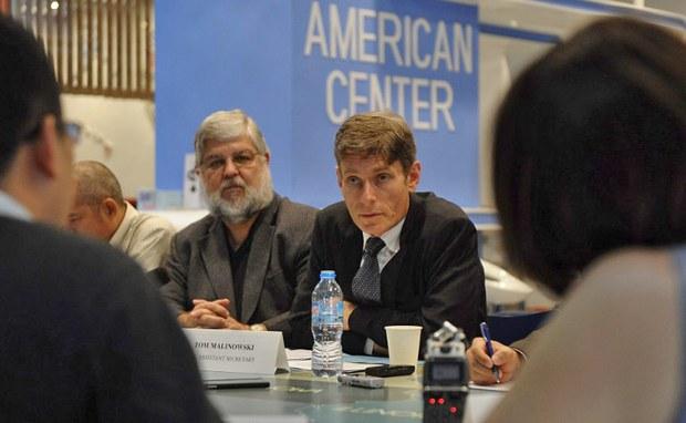 Trợ lý ngoại trưởng Hoa Kỳ phụ trách dân chủ- nhân quyền và lao động, ông Tom Malinowski trong buổi họp báo tại Hà Nội ngày 26 tháng 10, 2014