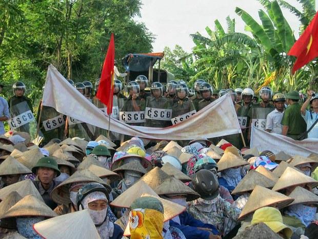 Ngày 12-6-2013 hàng trăm bà con nhân dân tại khu phố Trịnh Nguyễn - phường Châu Khê, TX Từ Sơn, tỉnh Bắc Ninh tập trung phản đối dự án xử lý nước thải tại Từ Sơn, Bắc Ninh.
