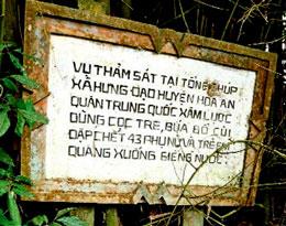 Tấm bia sơ sài tưởng niệm vụ thảm sát tại Tổng Chúp, xã Hưng Đạo, huyện Hòa An. RFA file
