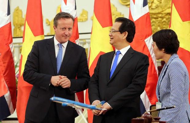 Thủ tướng Anh David Cameron (trái) nói chuyện thủ tướng Việt Nam Nguyễn Tấn Dũng (giữa) trong buổi lễ lễ ký kết các hiệp định thương mại song phương tại Hà Nội vào ngày 29 tháng 7, 2015