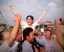 Anh Đinh Nhật Uy, sau khi rời khỏi tòa án vào ngày 29 tháng 10 năm 2013. Photo by Bạch Hồng Quyền.