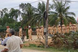 Công an trấn áp giáo dân bên ngoài xã Nghi Phương, huyện Nghi Lộc, Nghệ An ngày 3/9/2013. Courtesy VRNs.