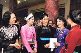 Phó Chủ tịch Quốc hội Nguyễn Thị Kim Ngân và các nữ đại biểu Quốc hội khóa XIII - (minh họa) bienphong.com.vn