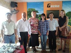 Anh Phạm Bá Hải (thứ 2 từ trái sang) và Phương Uyên gặp gỡ Cô Elenore, Tham tán Chính trị của Sứ Quán Thụy Điển và cô Jenifer, Viên chức chính trị của Sứ Quán Hoa Kỳ, trong chuyến đi Hà Nội vào cuối tháng 9 năm 2013. Citizen photo.