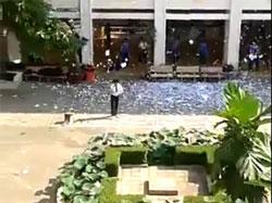 Học sinh trường PTTH Nguyễn Hiền ở Sài Gòn xé giấy được coi là đáp án thi sử ném xuống sân trường để ăn mừng hôm 30/3/2013. Screen capture.