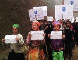 Đồng bào thiểu số không ngại đường xa và thời tiết xấu để kéo đến Tuyên Quang ủng hộ ông Thào Quán Mua. Photos Sinh Ma Van