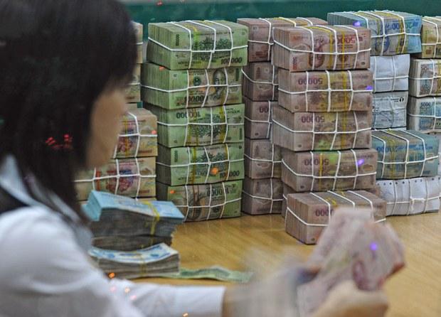 Nhân viên ngân hàng chuẩn bị tiền cho khách hàng