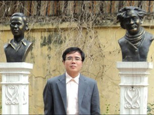 LS Lê Quốc Quân bên tượng cố Thi sỹ Huy Cận & Xuân Diệu
