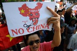 Người dân biểu tình phản đối Trung Quốc tại Hà Nội sáng 14-08-2011. AFP PHOTO.