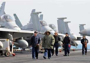 Hải quân Mỹ trên sàn tàu sân bay USS Nimitz, một tàu sân bay chạy bằng hạt nhân, sau khi đến căn cứ hải quân tại cảng ở thành phố Busan, Hàn Quốc, ảnh chụp 2008.