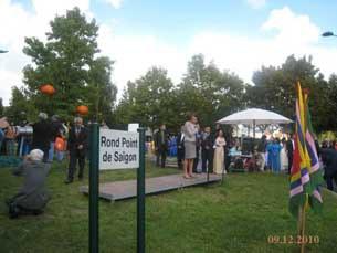"""Lễ khánh thành Tượng đài thuyền nhân """"Niềm Mơ Ước của Mẹ"""" tại bùng binh Sài Gòn, Tỉnh Marne la Vallée, Pháp hôm 12-09-2010."""