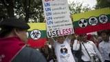 Các thành viên của nhiều tổ chức nhân quyền tổ chức một cuộc biểu tình kêu gọi nhân quyền cho Miến Điện ở Bangkok ngày 26 tháng 10 năm 2010.