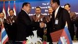 Bộ trưởng Bộ Quốc phòng Campuchia Tea Banh (phải) bắt tay với Bộ trưởng Bộ Quốc phòng Thái Lan Prawit Wongsuwon trong một cuộc họp tại tỉnh Siem Reap trước đây.