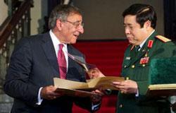 BT quốc phòng Mỹ Leon Panetta và BT quốc phòng VN Phùng Quang Thanh gặp nhau tại Hà Nội ngày 4 tháng 6, 2012. AFP photo.