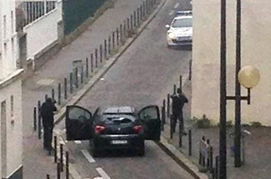 Hai tên khủng bố xả súng vào tòa soạn báo Charlie Hebdo ở Paris khiến 12 người thiệt mạng. Hình chụp từ camera an ninh ngày 7 tháng 1 năm 2015.