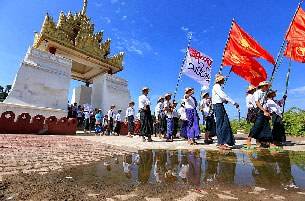 Sinh viên Myanmar diễu hành ở Mandalay, thành phố lớn thứ hai của Myanmar, vào ngày 20, năm 2015 chống lại một dự luật giáo dục mà họ cho là phi dân chủ