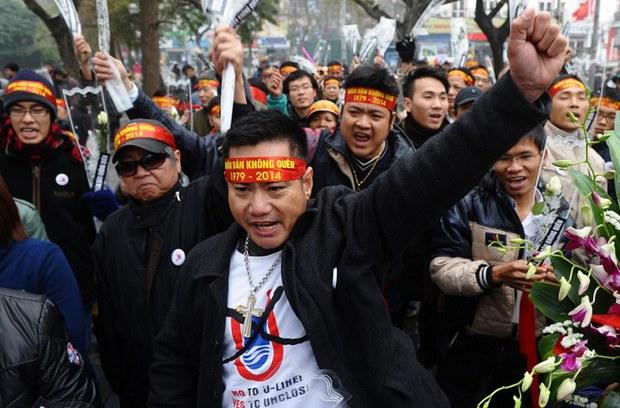 Những người biểu tình hô khẩu hiệu chống Trung Quốc trong một cuộc biểu tình kỷ niệm 35 năm chiến tranh biên giới với Trung Quốc ngay trung tâm thành phố Hà Nội vào ngày 16. Năm 2014.