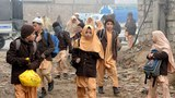 Các em học sinh Pakistan trở lại trường học ở Peshawar vào ngày 20 Tháng Mười Hai 2014, sau ba ngày quốc tang cho 132 em học sinh cùng 9 thầy giáo bị giết bởi quân Taliban trong một cuộc tấn công vào một trường học.