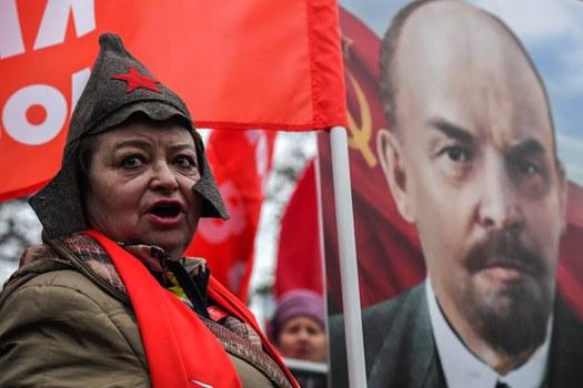 Hình minh họa. Những người ủng hộ chủ nghĩa cộng sản ở Nga đứng cạnh hình Vladimir Lenin trong một buổi tuần hành kỷ niệm 100 năm Cách mạng Bolshevik 1917.