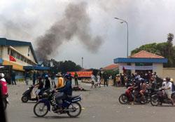 Lực lượng chống bạo loạn bảo vệ bên ngoài nhà máy xây dựng ở Bình Dương hôm 14/5/2014. AFP photo