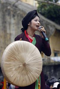 Một ca sĩ dân gian trong trang phục truyền thống hát quan họ trong lễ hội Lim được tổ chức hôm 01/3/2007 tại làng Lim ở Bắc Ninh. AFP photo