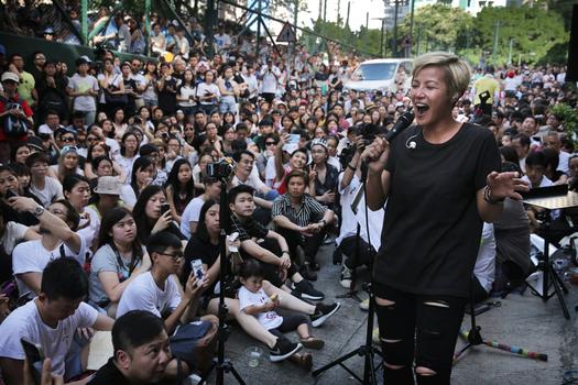 Hình minh họa. Ca sĩ Denise Ho biểu diễn ở Hong Kong hôm 19/6/2016