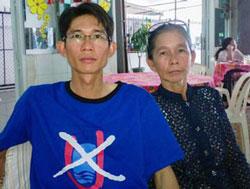 Đinh Nhật Uy và mẹ Bà Nguyễn Thị Kim Liên. Citizen photo.