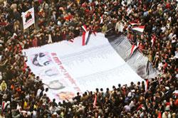 Hàng triệu dân Ai Cập đã xuống đường đòi thay đổi lãnh đạo. Đoàn biểu tình trưng một biểu ngữ có tên những người đã hy sinh trong cuộc xuống đường. AFP PHOTO.