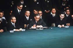 Đại diện Bắc Việt Nam, Nguyễn Duy Trinh (giữa) ký thỏa thuận ngừng bắn cuộc chiến Việt Nam, ảnh chụp ngày 27 tháng 1 năm 1973 tại Paris. AFP photo.