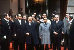 Ông Trần Văn Lâm Bộ trưởng Bộ Ngoại giao Việt Nam Cộng Hòa (giữa) vẫy tay chào, ngày 27 tháng 1 năm 1973 tại Paris. AFP photo.