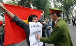 Người dân Việt Nam biểu tình chống Trung Quốc hồi năm 2007. AFP PHOTO.