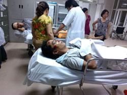 Giáo dân Mỹ Yên bị thương được đưa đến bệnh viện ở Nghệ An hôm 04/09/2013. Photo courtesy of TNCG.