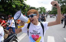 Một nhà hoạt động xã hội trong một cuộc diễu hành về đồng tính tại Hà Nội ngày 04 tháng 8 năm 2013. AFP photo