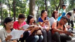 Các nhà hoạt động trẻ thảo luận về bản Tuyên ngôn Nhân quyền tại một công viên ở Sài Gòn. Photo: Dan Lam Bao.