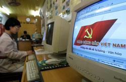 Bàn làm việc của một nhân viên nhà nước với màn hình hiển thị tuyên truyền của ĐCS. AFP photo