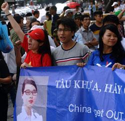 Giới trẻ Việt Nam biểu tình chống Trung Quốc xâm lược hôm 02/6/2013 tại Hà Nội. AFP photo