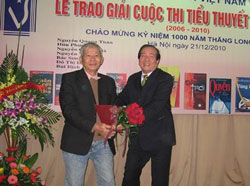 Lễ trao giải thưởng tiểu thuyết của Hội Nhà Văn. Photo courtesy gdtd.vn