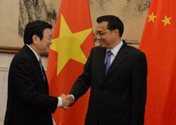 Chủ tịch Việt Nam Trương Tấn Sang (trái) và Thủ tướng Trung Quốc Lý Khắc Cường tại Bắc Kinh ngày 20 tháng sáu năm 2013. AFP photo