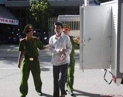 Ông Nguyễn Viết Trương được đưa đến TAND tỉnh Khánh Hòa sáng 24/6/2013. Photo courtesy of xaluan.vn