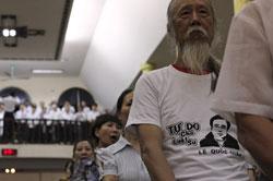 Nghệ sĩ Chí Hải mặc một chiếc áo thun với chân dung LS Lê Quốc Quân tham dự một buổi cầu nguyện cho LS Quân tại Hà Nội hôm 07/7/2013. AFP photo