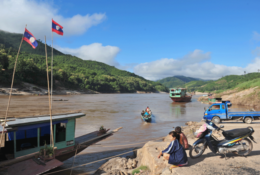 Hình minh họa. Một phụ nữ ngồi nhìn những con thuyền đi qua tại Pak Beng trên dòng Mekong ở Lào