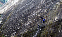 Những công nhân đang xử lý rò rỉ nước ở thủy điện Sông Tranh 2 hôm 19-03-2012. Photo courtesy of vov.