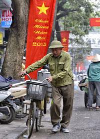 Người cán bộ về hưu. AFP