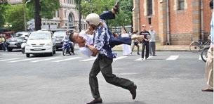 Một người biểu tình bị công an chìm bắt hôm 12-06-2011 tại TPHCM. Photo courtesy of Facebook Phan Nguyên.