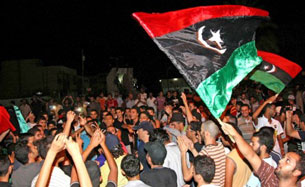 Quân nổi dậy Lybia mừng chiến thắng trên đường phố thủ đô Tripoli . AFP