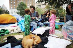 """Một gia đình tham gia """"Chiếm DC"""" tại một công viên ở Washington DC, ngày 12 tháng 10 năm 2011. AFP photo"""