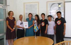 """Nhóm blogger đại diện cho cộng đồng blogger Việt Nam trao """"Tuyên bố 258"""" cho Đại sứ quán Thụy Điển tại Việt Nam hôm 7 tháng 8 năm 2013. File photo."""
