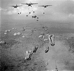 Lữ đoàn Nhảy dù đặc nhiệm từ phi cơ C-123 trong đợt tấn công Phi Hoa II tháng 3-1963 tại Tây Ninh, miền Nam Việt Nam. AFP PHOTO/NATIONAL ARCHIVES.